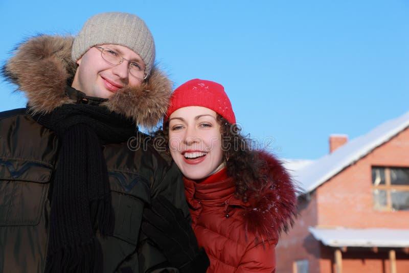 Womant och man i exponeringsglas på vintern arkivbilder