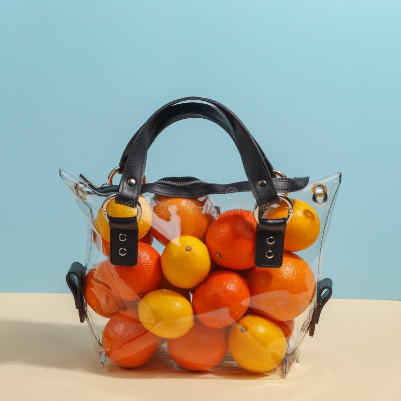Women& à la mode x27 ; sac transparent de s rempli de divers fruits Concept minimalistic créatif image stock