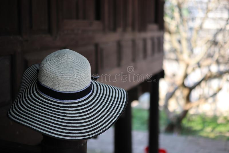 Women& x27 καπέλα μόδας του s στα ταϊλανδικά ξύλινα σπίτια, υπόβαθρο κρητιδογραφιών στοκ εικόνες