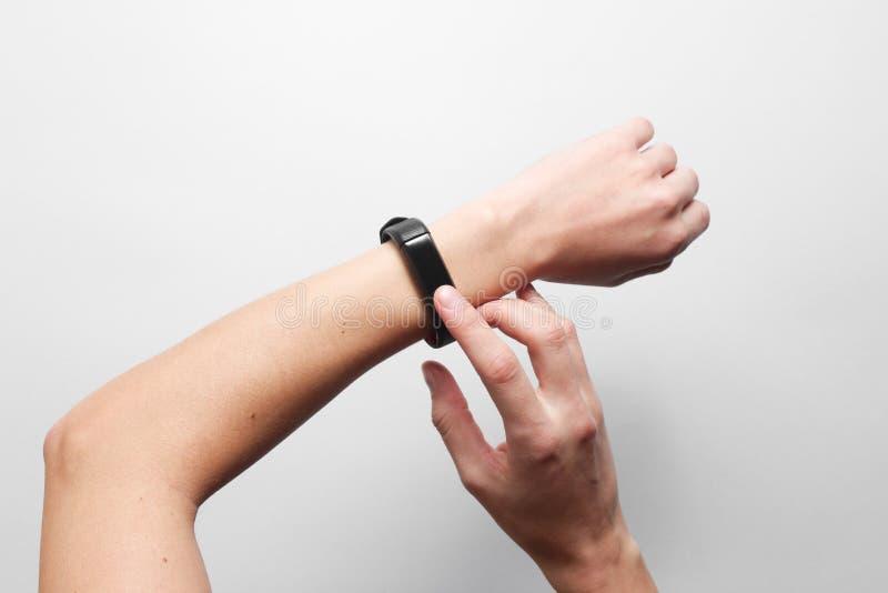 Women& x27 τα χέρια του s χρησιμοποιούν το έξυπνο ρολόι στοκ εικόνες με δικαίωμα ελεύθερης χρήσης