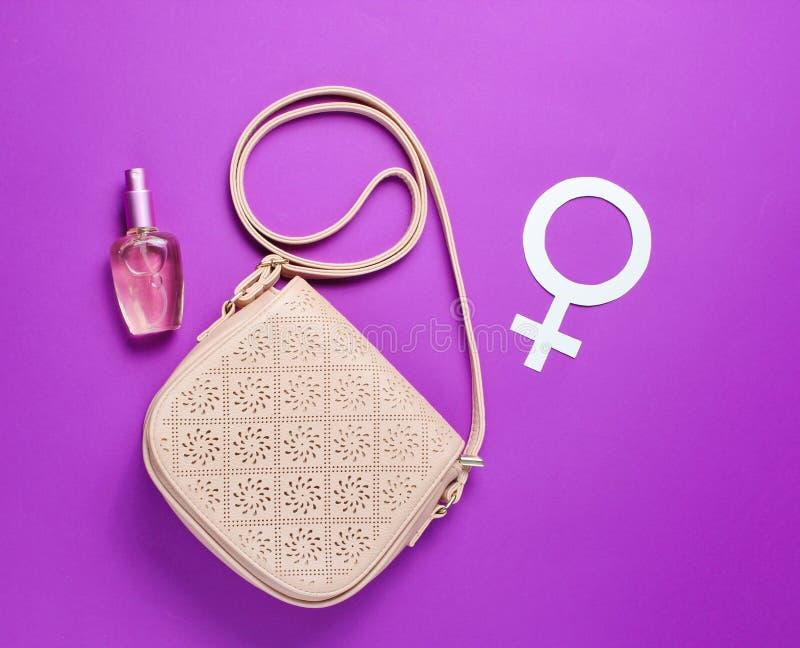 Women' τσάντα μόδας του s, μπουκάλι αρώματος, φεμινισμός γένους στοκ εικόνες