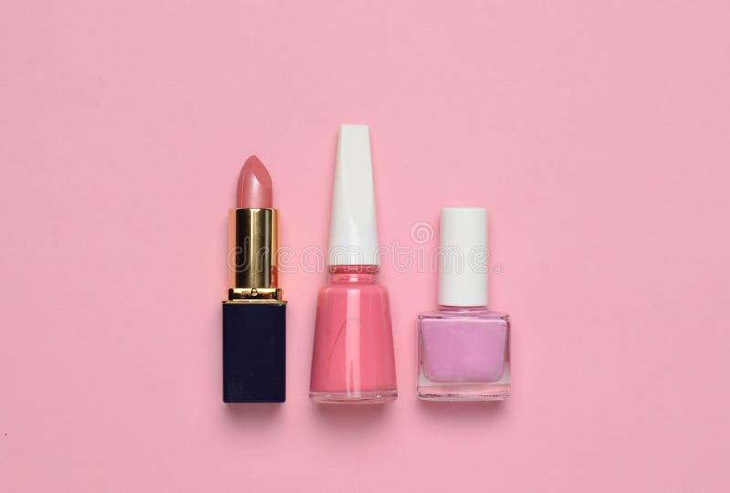 Women' косметики и аксессуары s для заботы красоты на розовой пастельной предпосылке Маникюр, губная помада, взгляд сверху стоковые фото
