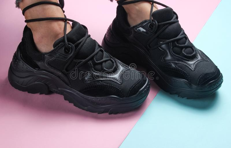 Women& x27; ноги s в ультрамодных черных тапках стоковые изображения