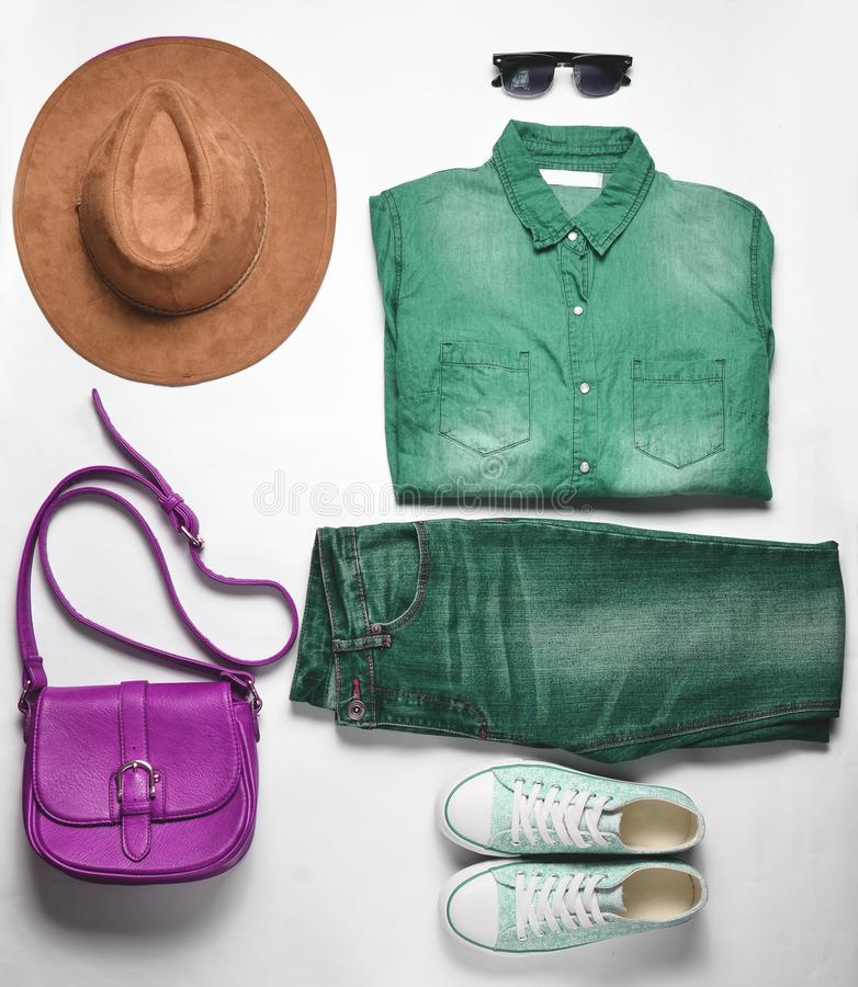 Women' abbigliamento ed accessori di modo di s Jeans, camicia del denim, scarpe da tennis, cappello di feltro, borsa di cuoi fotografie stock