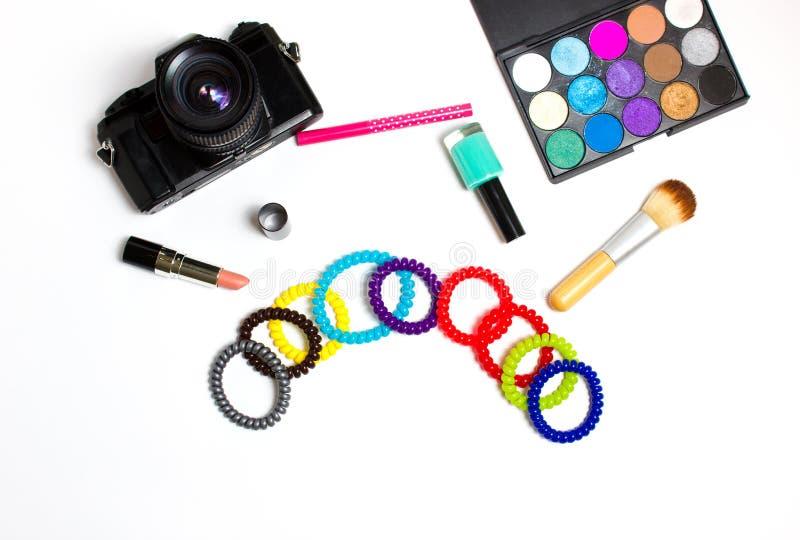 Women& x27; accesorios de s y productos de belleza en un fondo blanco foto de archivo libre de regalías