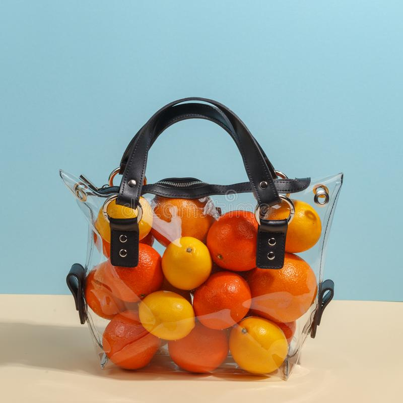 Women& alla moda x27; borsa trasparente di s riempita di vari frutti Concetto minimalistic creativo immagine stock