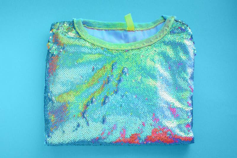 Women' a camiseta de s encontra-se opinião superior do holograma azul do fundo imagem de stock