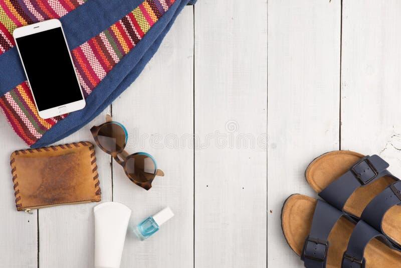women& x27 d'été ; mode de s avec le sac, le téléphone, les lunettes de soleil et les sandales photographie stock libre de droits