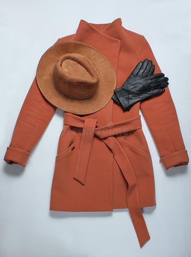 Women& x27 de Brown; capa de la cachemira de s, sombrero de fieltro, guantes de cuero imagen de archivo libre de regalías