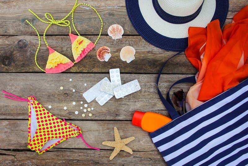 Women& x27 di estate; accessori della spiaggia di s per la vostre festa e pillola del mare immagine stock libera da diritti