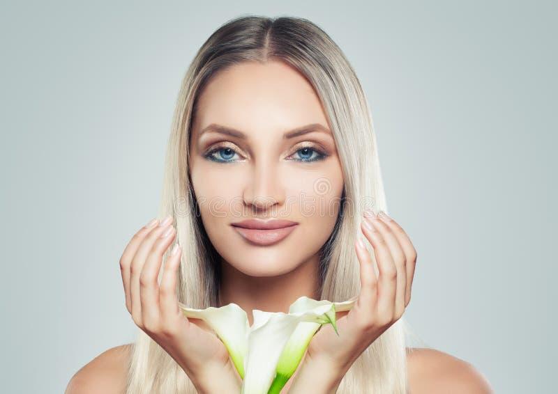 Women Face Spa Jonge Vrouw met Schone Verse Huid en Witte Lelie stock foto's