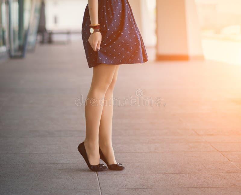 Women& x27; gambe di s in scarpe immagini stock libere da diritti