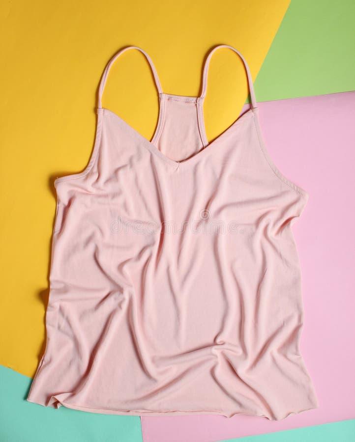 Women& x27; maglietta di modo di s su un fondo pastello colorato Minimalismo, vista superiore, disposizione piana fotografia stock libera da diritti