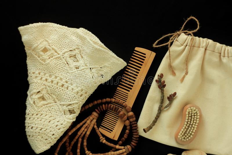 Women& nul x27 de déchets ; accessoires de s, brosse naturelle, peigne en bois de cheveux et perles, chapeau de paille, sac fabri photographie stock