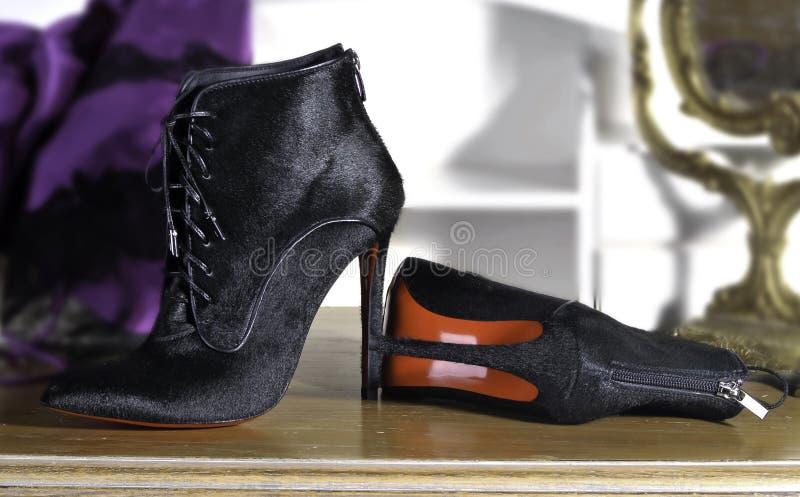 Women& x27; s carreg feito a mão sapatas feitos a mão da forma foto de stock royalty free