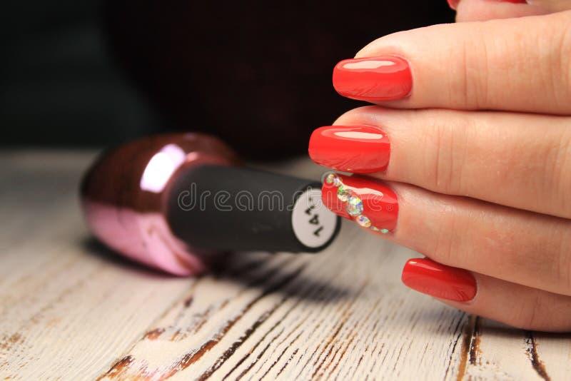 Women& x27; s-Hände mit einer stilvollen Maniküre gut stockfotografie