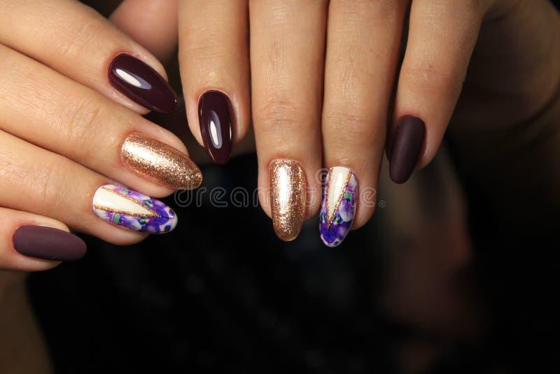 Women& x27; s-Hände mit einer stilvollen Maniküre gut stockfoto