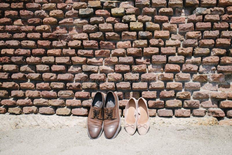 Women&-x27; s i men&-x27; s buty są blisko ściany obrazy stock