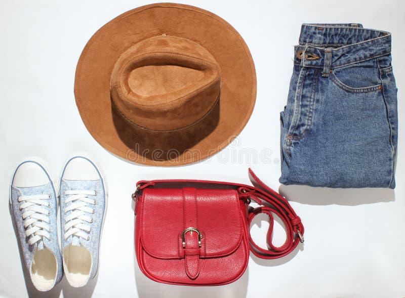 Women& x27; s kleding, schoenen, toebehoren op een witte achtergrond stock afbeelding