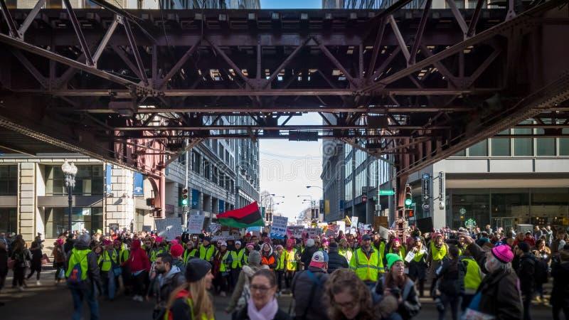 Women' s março Chicago Linha da frente que marcha na rua de Wabash imagem de stock royalty free