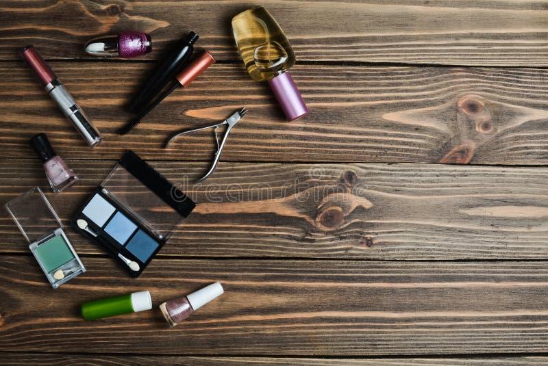 Women& x27; s-skönhetsmedel för smink, objekt för omsorg av spikar, och dofter ligger på en trätabell fotografering för bildbyråer
