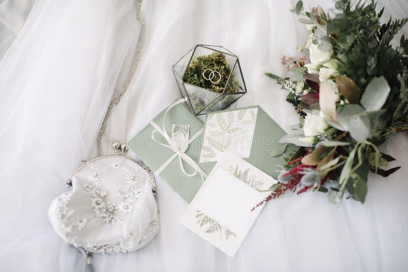 Women' s toebehorenbruid Handtas, schoenen, ringen, bruids parfum stock foto's
