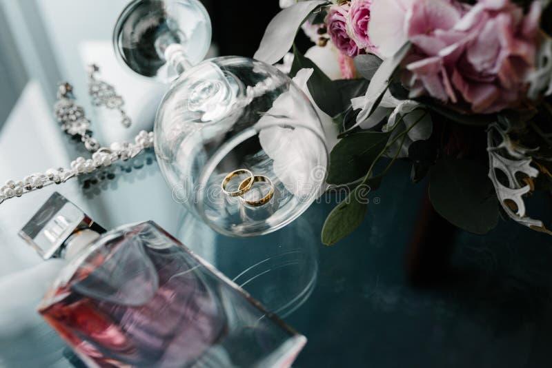 Women' s toebehorenbruid Handtas, schoenen, ringen, bruids parfum royalty-vrije stock afbeeldingen