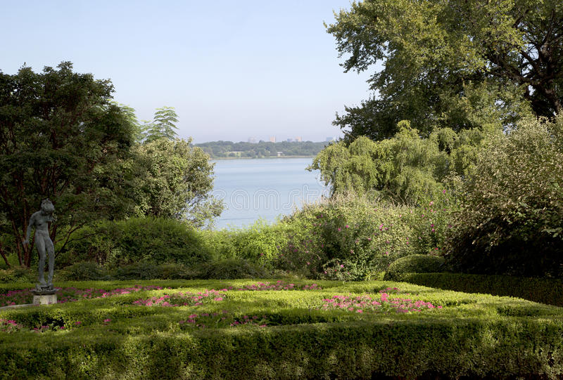 Women& x27; s-trädgård i Dallas Arboretum arkivbild
