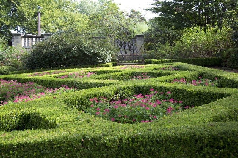 Women& x27; s-trädgård i Dallas Arboretum royaltyfri foto