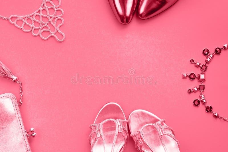 women' sapatas da bolsa da joia dos acessórios de s que tonificam a ideia superior coral da configuração lisa imagem de stock royalty free