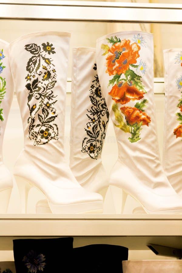Women& x27; scarpe di s nello stile tradizionale fotografia stock libera da diritti