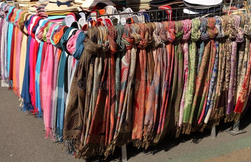 Women& x27; sombreros y bufandas del verano de s en el mercado callejero fotos de archivo