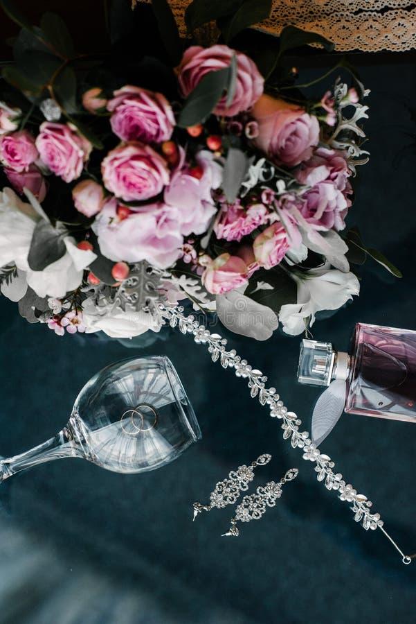 Women& x27; sposa degli accessori di s Borsa, scarpe, anelli, profumo nuziale fotografia stock