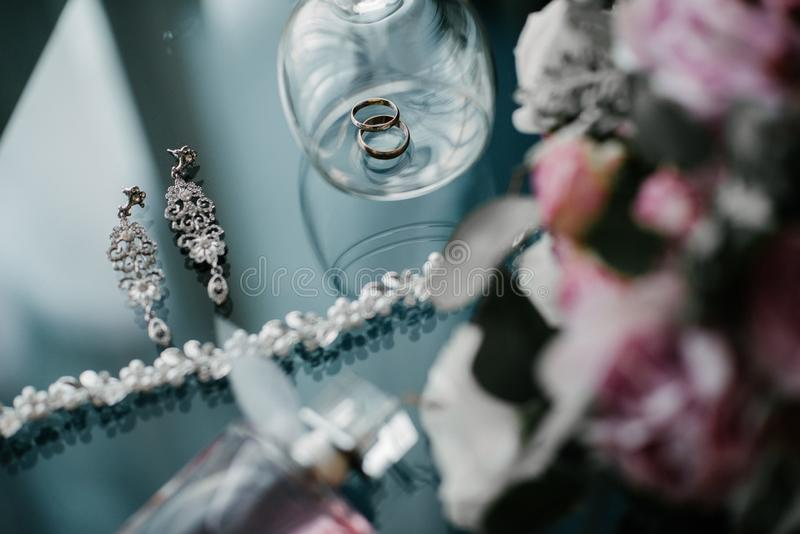 Women' sposa degli accessori di s Borsa, scarpe, anelli, profumo nuziale immagine stock