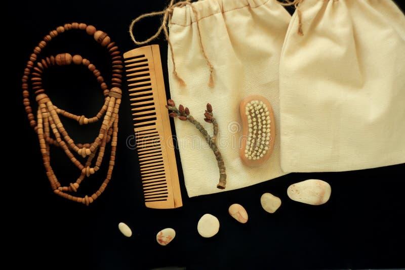 Women& zero x27 do desperdício; acessórios de s, escova natural, pente de madeira do cabelo e grânulos, chapéu de palha, saco fei imagens de stock royalty free
