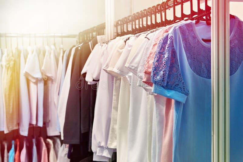 Womenblouses και πουκάμισα στο κατάστημα στοκ φωτογραφίες