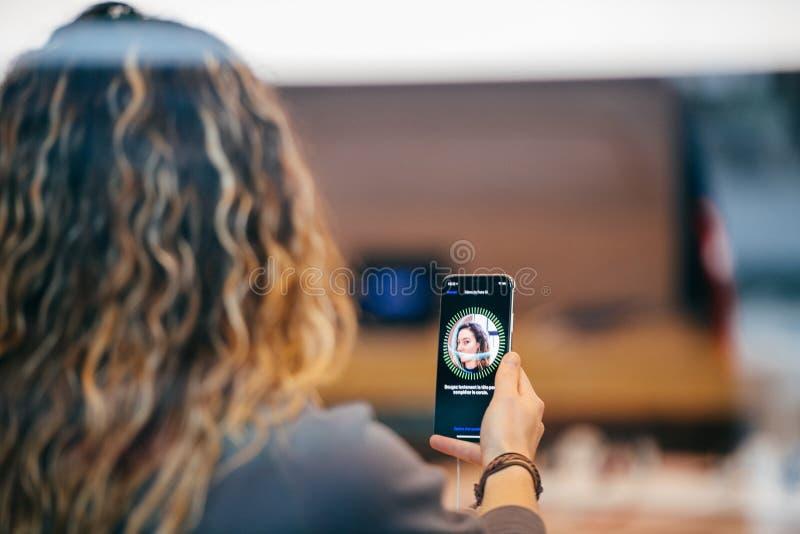 Womna que intenta el mecanismo de seguridad de la identificación de la cara fotos de archivo
