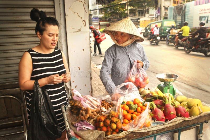 Wonam asiático no fruto do bue do mercado fotografia de stock royalty free