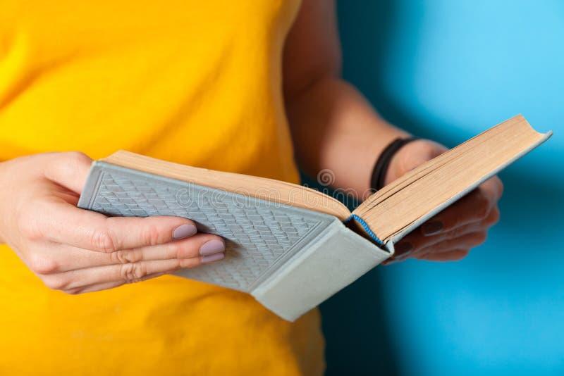Wonder- en curiositeitsboek, lees- en leerconcept stock fotografie