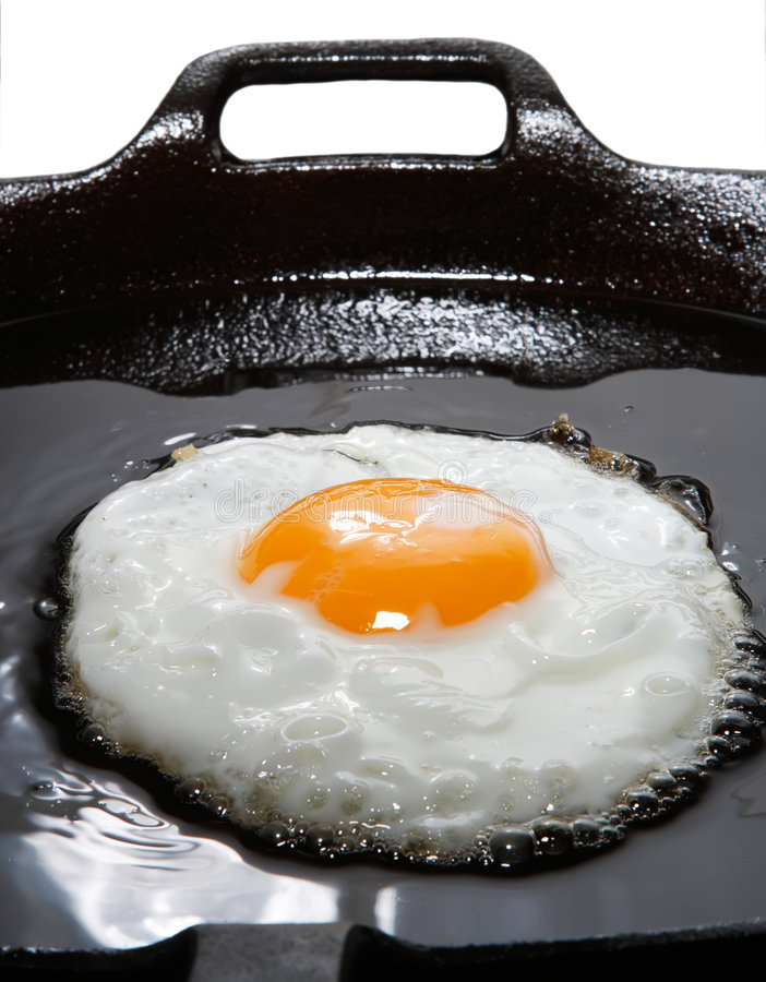 Wonderfull que fríe el huevo con petróleo adentro en una cacerola imagenes de archivo