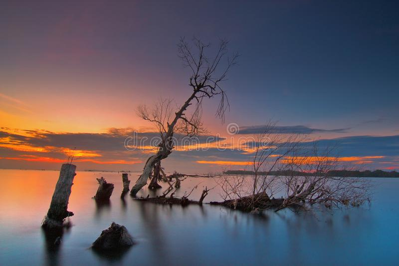 Wonderfull soluppgång på muarakecilstranden, tanggerang indonesia arkivbilder