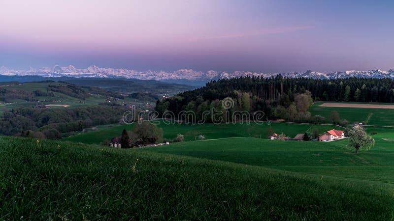 Wonderfullzonsondergang in de Zwitserse alpen Platteland van Bern royalty-vrije stock afbeeldingen