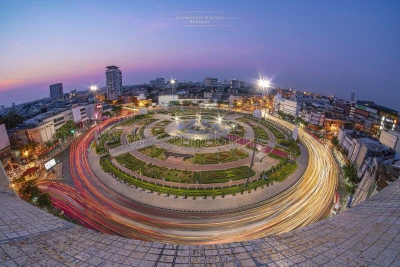 Wongwian Yai, Bangkok, Tajlandia Dopasowanie 3 2019 światła ruchu z dalekiego zasięgu samochodami jest linią wokoło dużego okręgu obraz royalty free