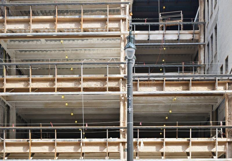 Woningbouw in aanbouw met bouwsteigers stock foto's