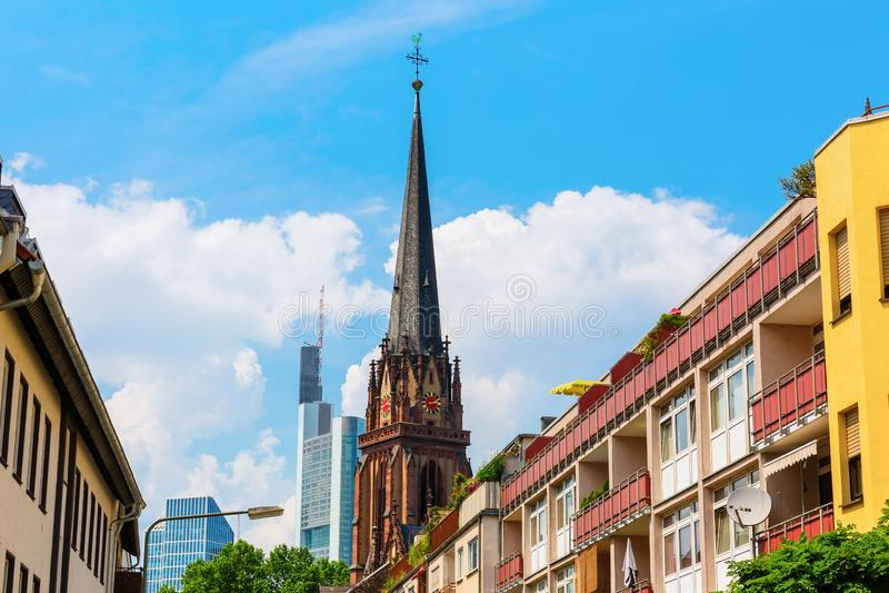 Woningbouw, een kerk en een wolkenkrabber in Frankfurt, Duitsland stock foto's