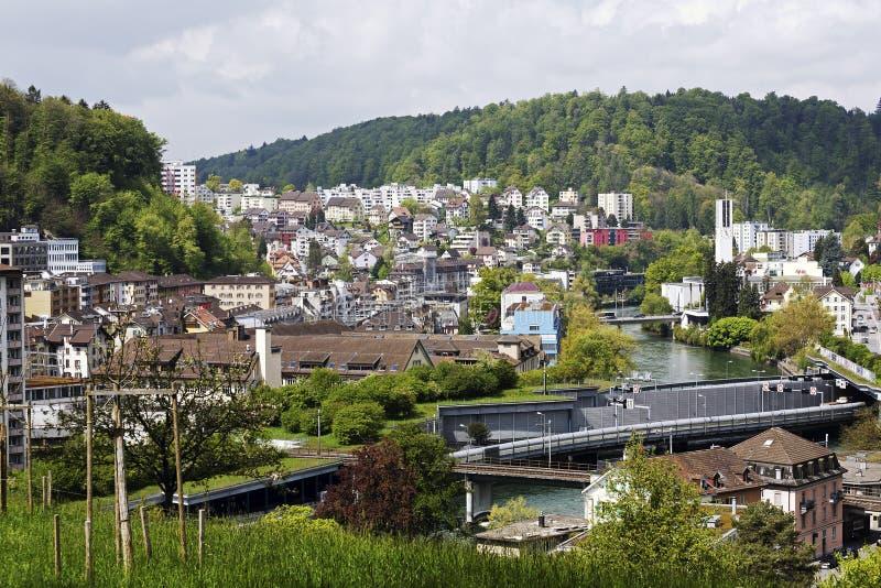 Woningbouw en Reuss-rivier in Luzerne stock fotografie