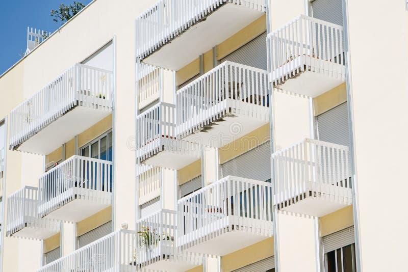Woningbouw met balkons in Lissabon in Portugal Europese Huisvesting royalty-vrije stock fotografie