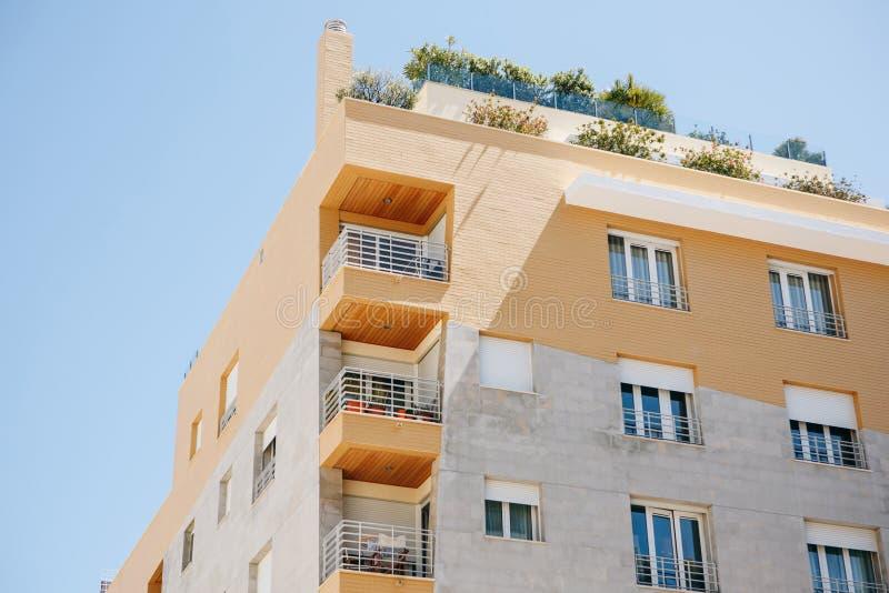 Woningbouw met balkons in Lissabon in Portugal Europese Huisvesting stock afbeeldingen