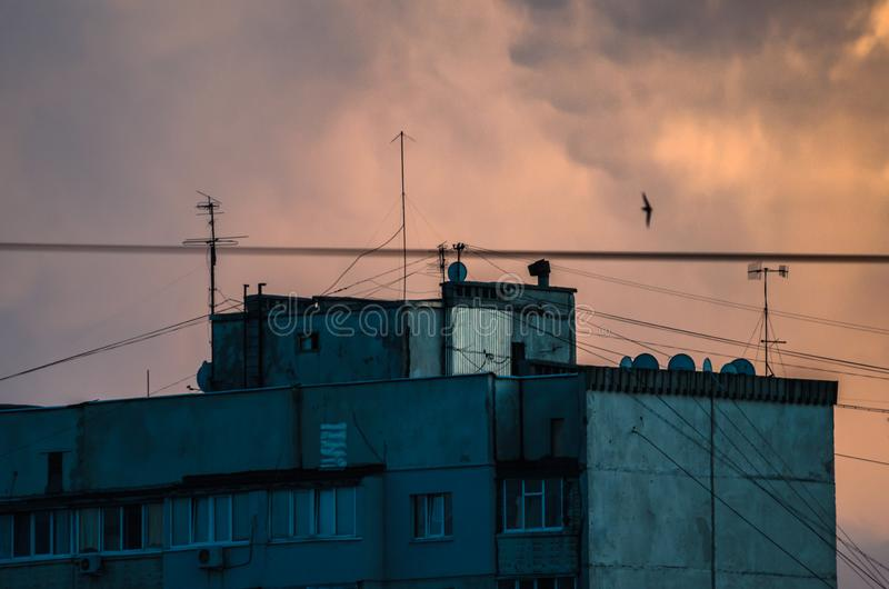 Woningbouw op een mooie grote oranje zonsonderganghemel royalty-vrije stock fotografie