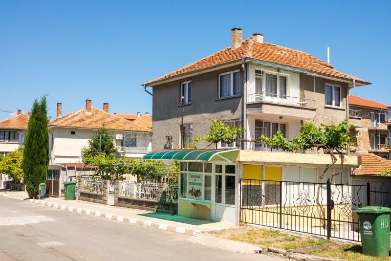 Woningshuizen op de straat van Ravda in Bulgarije royalty-vrije stock fotografie